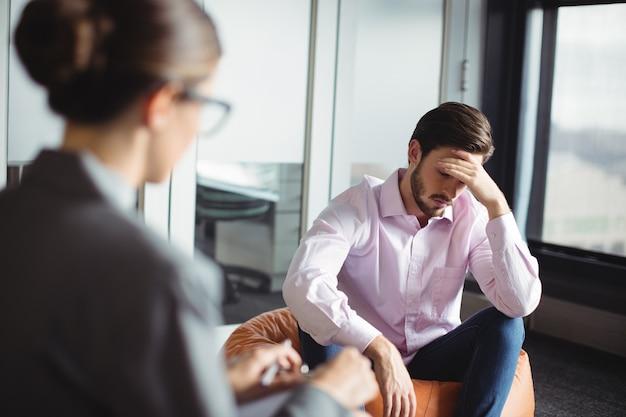 Ongelukkige man raadgevende adviseur