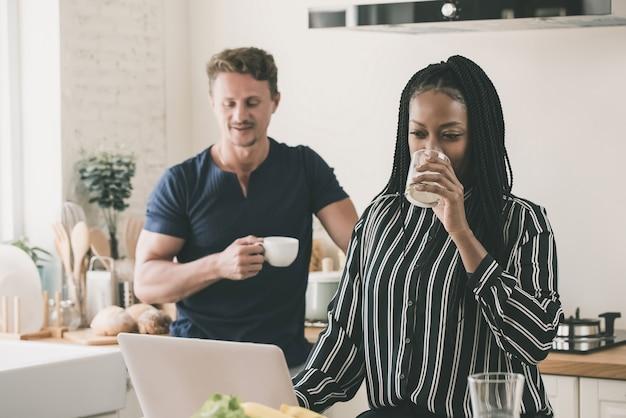 Ongelukkige man wordt genegeerd door een vrouw die verslaafd is aan internet