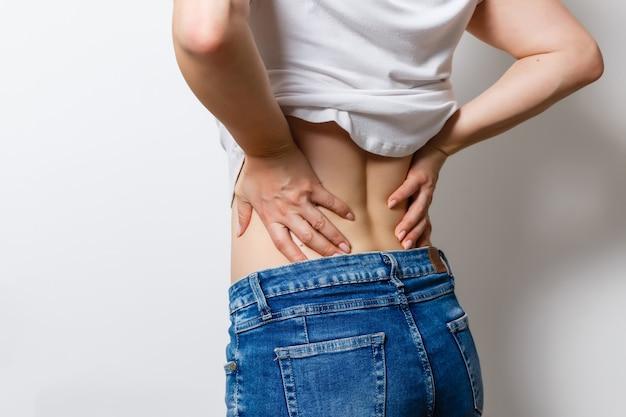 Ongelukkige vrouw die aan rugpijn lijdt