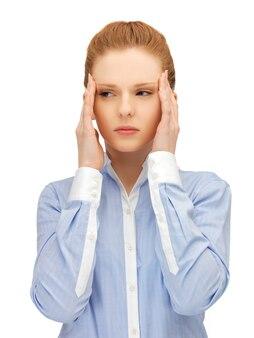 Ongelukkige vrouw die haar hoofd met handen houdt.