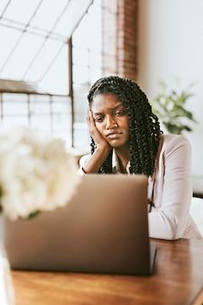 Ongelukkige vrouw die voor een laptop zit