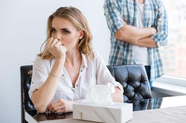 Ongelukkige vrouw huilt na ruzie met haar man thuis