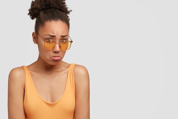 Ongelukkige zwarte vrouw mokkend van verdriet