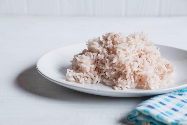 Ongepelde rijst en gestoomde rijst op een plaat