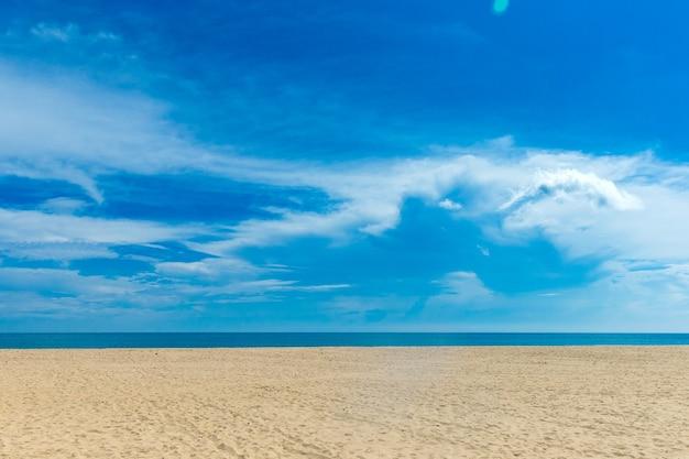 Ongerept tropisch strand in sri lanka