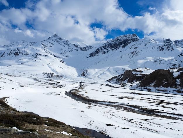 Ongerepte, sneeuwbergen, zwitserse alpen, wolkenloze lucht