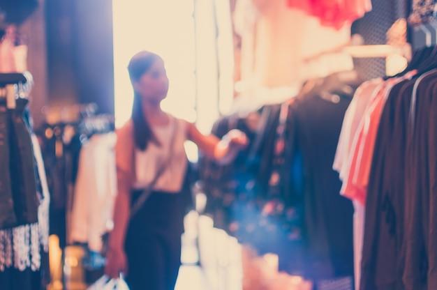 Ongericht achtergrond met vrouw in een kledingzaak