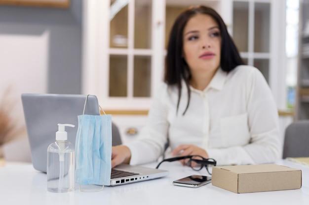 Ongericht vrouw wegkijken tijdens het gebruik van haar laptop