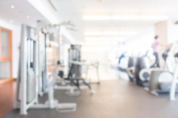 Ongericht weergave van fitnessruimte met machines