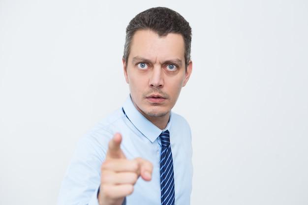 Ongerust gemaakte zakenman wijzen met wijsvinger