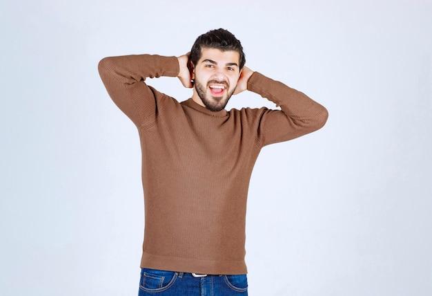 Ongeschoren knap mannelijk model poseren