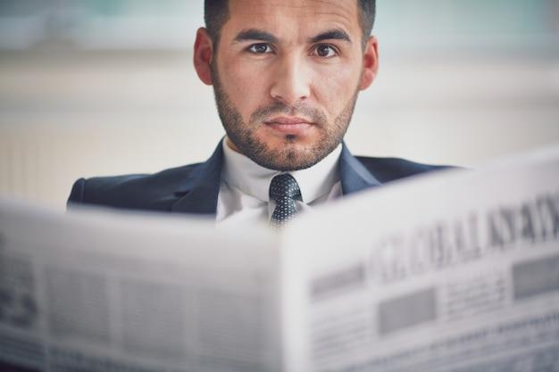 Ongeschoren man het lezen van de krant