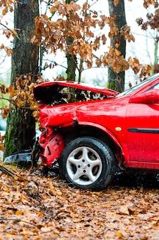 Ongeval, auto crashte in boom