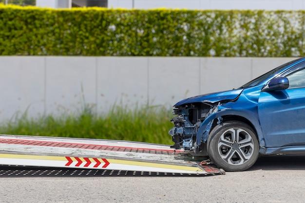 Ongeval auto schuif op vrachtwagen om te verplaatsen.