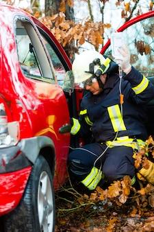 Ongeval, brandweer redt slachtoffer van een auto