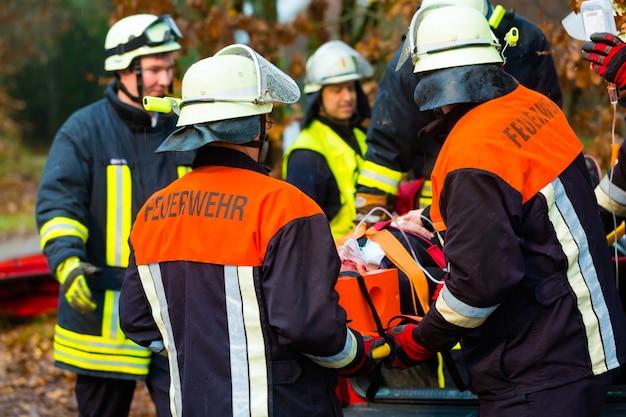Ongeval, brandweer, slachtoffer met gasmasker