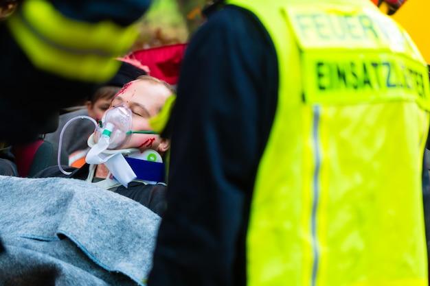 Ongeval - brandweer, slachtoffer met gasmasker