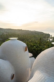Ongewone daken van moderne appartementen met uitzicht op de jungle en de oceaan