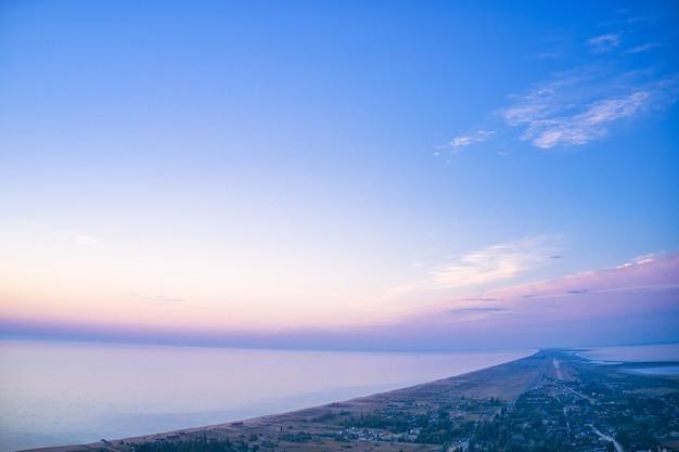 Ongewone eilanden op een prachtig meer en uitzicht op een drone-camera