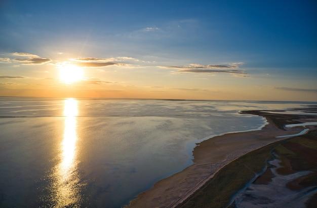 Ongewone eilanden op een schitterend meer en bovenaanzicht