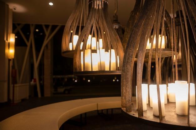 Ongewone grote kroonluchters met kaarsen. mooi interieur, crème kleuren. avond tijd