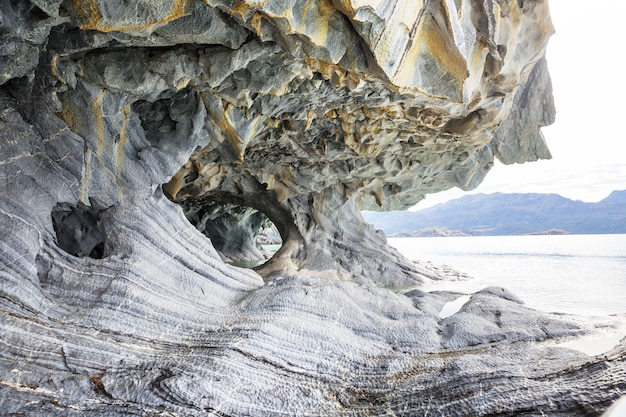 Ongewone marmeren grotten op het meer van general carrera, patagonië, chili. carretera austral-reis.