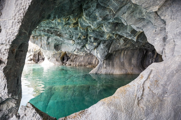 Ongewone marmeren grotten op het meer van general carrera, patagonië, chili.
