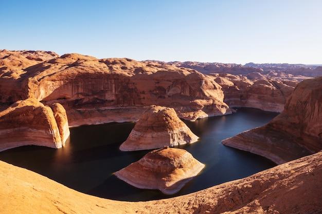 Ongewone natuurlijke achtergrond. reflectie canyon op lake powell, utah, verenigde staten.