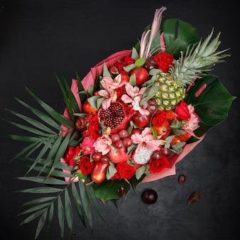 Ongewoon geschenk in de vorm van een boeket bloemen en fruit. uitzicht van boven