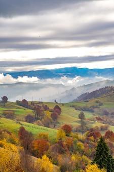 Ongewoon mooie natuur van de karpaten in prachtige heuvels