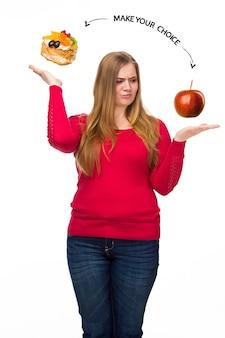 Ongezond en gezond eten. het concept van een dieet en een gezonde levensstijl voor dikke vrouwen