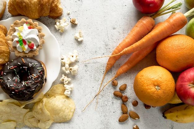 Ongezond en gezond voedsel op concrete achtergrond