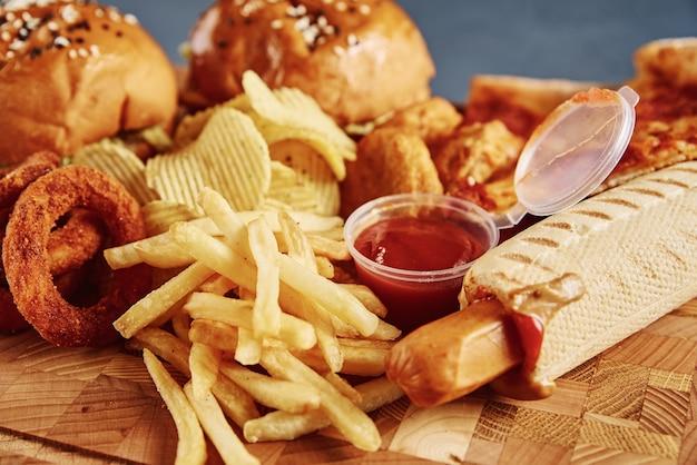 Ongezond en junkfood. verschillende soorten fastfood op tafel