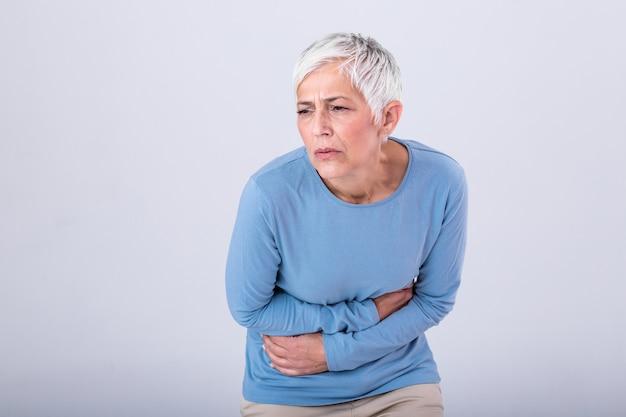 Ongezonde volwassen vrouw met buik, ongemakkelijk voelen
