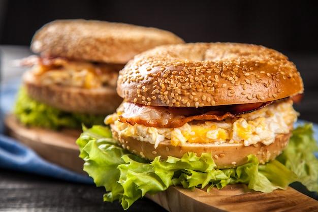 Ongezuurd broodje met bacon en ei