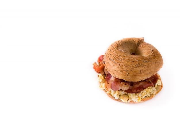 Ongezuurd broodjesandwich met bacon, ei en kaas op wit