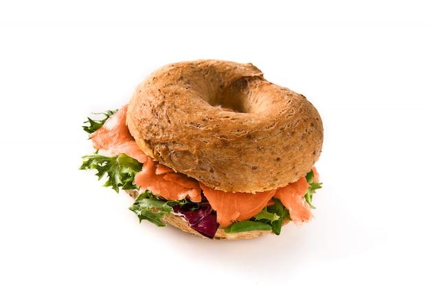 Ongezuurd broodjesandwich met roomkaas, gerookte zalm en groenten op wit worden geïsoleerd dat