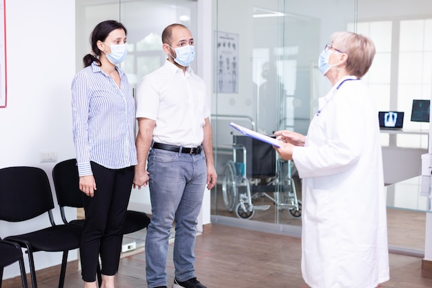 Ongunstig nieuws van arts aan jong stel in wachtruimte ziekenhuis tijdens uitbraak coronavirus