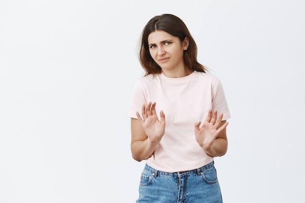 Onhandige en ontevreden jonge brunette poseren