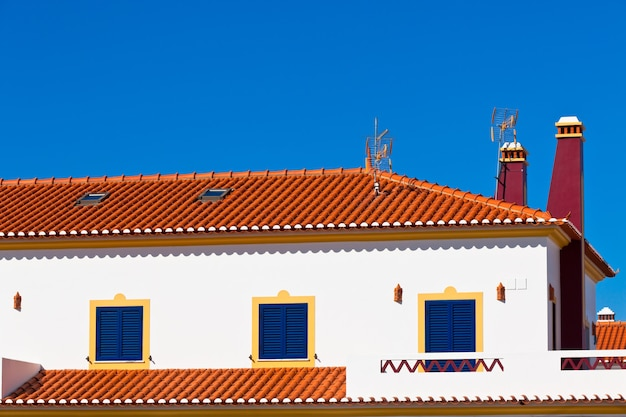 Onherkenbaar deel van woonhuis in algarve, portugal. heldere blauwe lucht als achtergrond