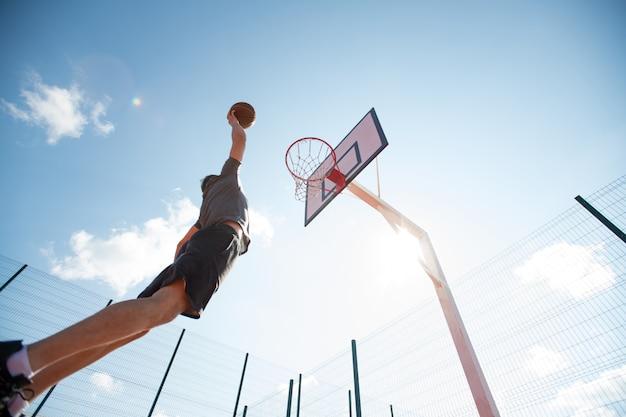 Onherkenbaar jonge man schieten slam dunk