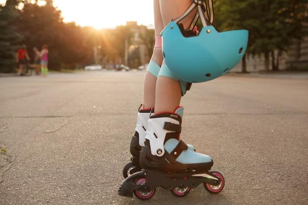 Onherkenbaar meisje met beschermende helm tijdens het skaten