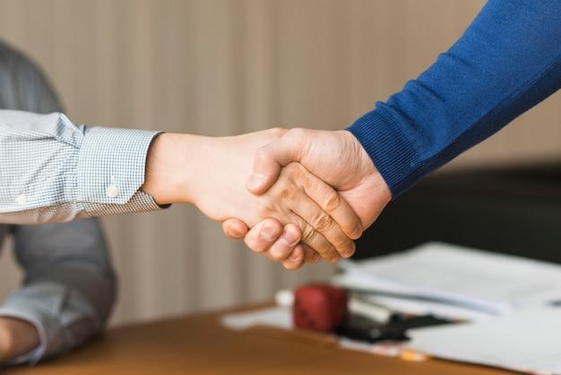 Onherkenbaar zakenlieden handshaking