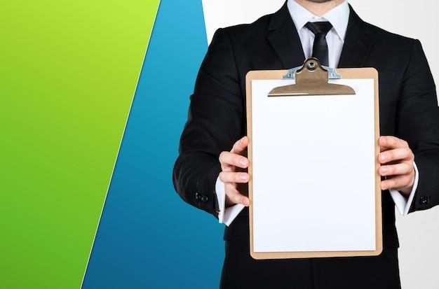Onherkenbaar zakenman bedrijf leeg vel papier met kopie ruimte