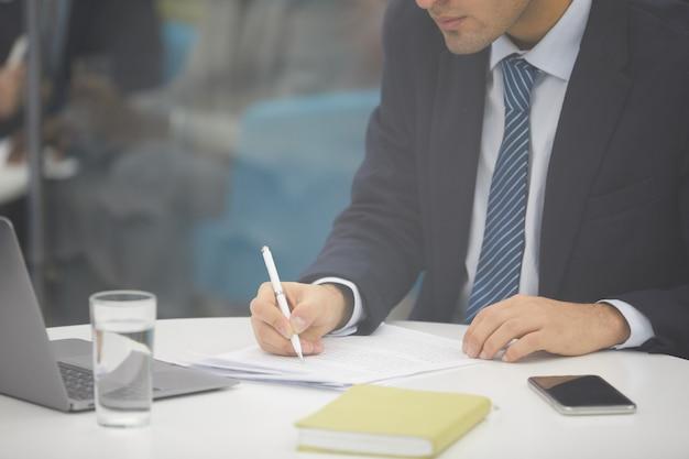Onherkenbaar zakenman schrijven