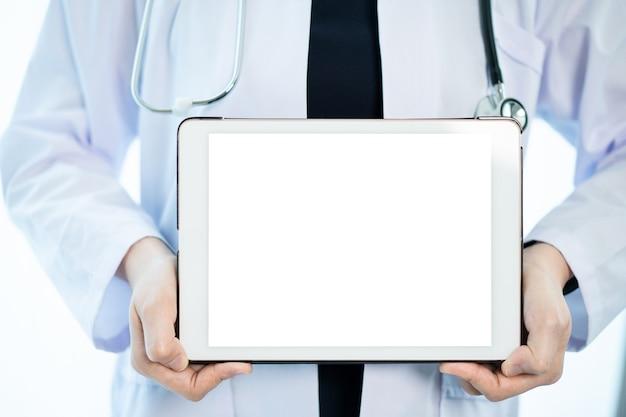 Onherkenbare gespecialiseerde arts die een lege lege schermtablet vasthoudt die in wit wordt geïsoleerd close-up. digitale weergave in reclame voor medicatieservice. mockup touchscreen-tablet voor advertenties.