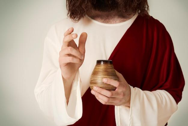 Onherkenbare heilige met kruik
