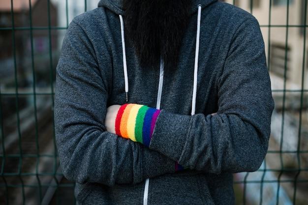 Onherkenbare homo met gekruiste armen