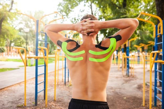 Onherkenbare jonge blanke professionele bodybuilder