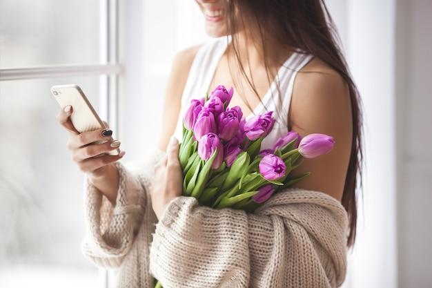 Onherkenbare jonge vrouw met bloemen
